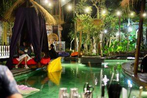 Kolam yang Mengelilingi Resort
