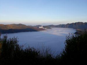 Awan Putih Memenuhi Setiap Sela Pegunungan