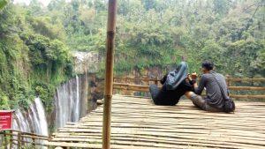 Menikmati Air Terjun dari Gardu Pandang