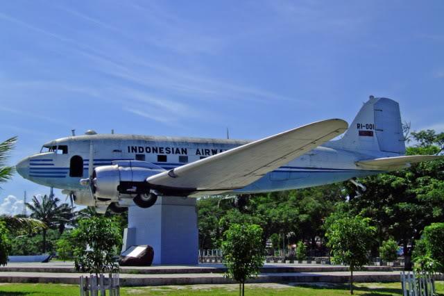 Replika Pesawat Dacota DC-3 Seulawah RI-001