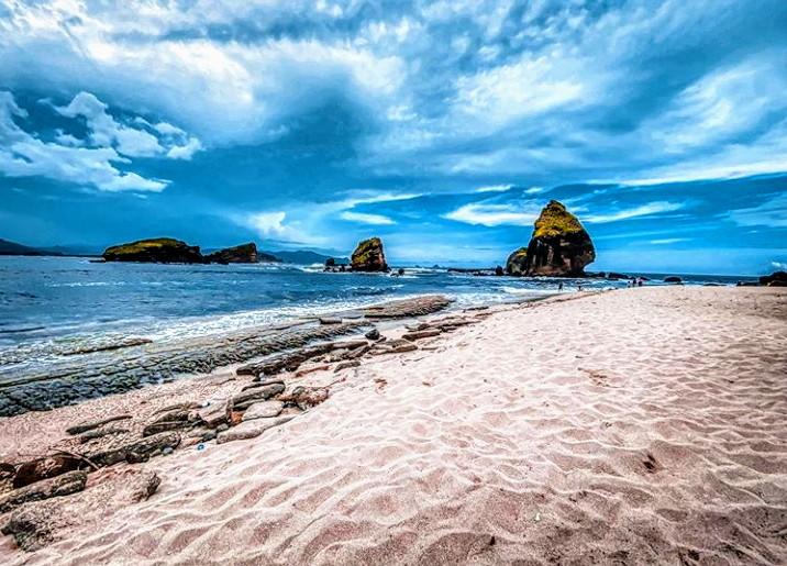 Pantai Watu Ulo di Kabupaten Jember